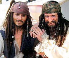 Johnny Deep compuso su personaje del capitán Jack Sparrow como  una mezcla del guitarrista de los Rolling Stones, Keith Richards y Pepé Le Pew, de los Looney Tunes, con influencias del Errol Flynn en Captain Blood.