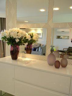 Buffet sala jantar. 4 espelhos invés de 1 só fica bem bonito em contraste com o papel de parede delicado e o buffet branco.