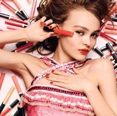 Lipgloss testen und Rosenlimonade schlürfen. Wir haben alle Termine des Coco Café von Chanel im Überblick Lipgloss, Chanel, Photo Makeup, Pretty In Pink, Beauty, Nails, Cover, Fashion, Red
