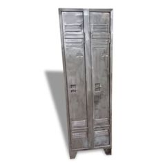 Ancien vestiaire d'usine de marque Atal fabriqué dans les années 1970. Il est composé de 2 portes, une étagère et de trois étagères par porte, très belle patine cire canon de fusils. Il sera idéal pour apporter à votre intérieur une touche industrielle