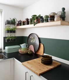 Great green wall in the kitchen!- Tolle grüne Wand in der Küche! Great green wall in the kitchen! Dark Green Kitchen, Green Kitchen Walls, Modern Kitchen Cabinets, Kitchen Furniture, Kitchen Interior, Kitchen Decor, Rustic Country Kitchens, Cottage Kitchens, Home Kitchens