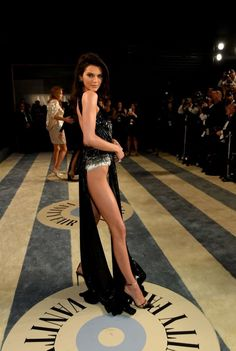 Kendall Jenner at 2019 Oscars Vanity Fair After Party Red Carpet Kendall Y Kylie Jenner, Kardashian Jenner, Jenner Sisters, Hot Brunette, Beautiful Legs, Mode Style, Sexy Legs, Vogue, Celebs
