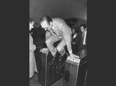 Le maire de Paris Jacques Chirac saute par-dessus un portillon du métro parisien lors de l'inauguration d'une exposition d'art moderne dans la station de RER Auber, le 5 décembre 1980. 70 ans d'Histoire dans l'objectif de l'AFP