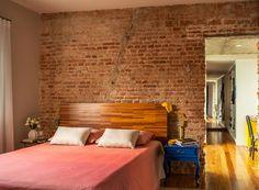 Deixar tijolos aparentes é pra quem tem audácia e estilo no nome! No quarto, a parede da cabeceira fez um contraste bonito com a decor do quarto, dando um acabamento rústico porém moderno.