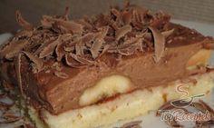 Ez az a sütemény, amire bátran rá tudom illeszteni az ellenállhatatlan jelzőt. A banános csokisüti ízében és kinézetében is csodálatos. Szeretem a puha piskótatésztát, a pompás házi lekvárt, a friss banánt, és természetesen a krémet. Szerintem az egész kompozícióban a krém a legcsodálatosabb: csokipuding, csokoládé, tejszínhab, túró…. A sütit végül jó sok reszelt csokoládéval díszítem. Kihűtve az igazi!