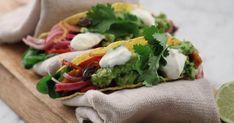 Halloumitacos med avokadokräm och inlagd lök