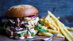 Hamburger with caramelised onions, brie, bacon and aioli Aioli Recipe, Appetisers, Caramelized Onions, Brie, Chutney, Eating Well, A Food, Bacon, Pizza