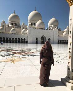 SUNDAY FUNDAY // Heute machten wir einen Ausflug nach Abu Dhabi. Besonders beeindruckend war die Sheikh Zayed Moschee. Sie wurde 2007 gebaut und fasziniert seitdem tausende von Besuchern. Ein wahres Kunstwerk, was meinst du? In Dubai, Abu Dhabi, Arabian Art, Islamic Art, Adventure Travel, Travel Inspiration, Traveling By Yourself, Taj Mahal, Red And White