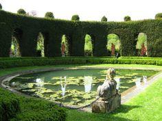 Les arcades d'ifs séparant l'Echiquier du Bassin de l'Oeil dans le Parc du château d'Ambreville, situé dans le Val d'Oise