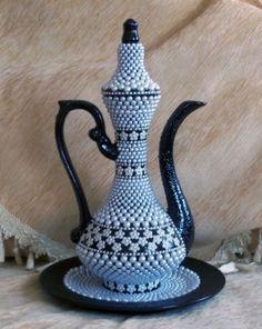 YAPAN :SUAT ÇETİNDAĞ-İNCİLİ SARAY İBRİK- İNCİLER İLE SÜSLENMİŞ BİR SARAY İBRİK Vase Crafts, Mosaic Crafts, Mosaic Art, Bottle Painting, Dot Painting, Bottle Art, Painted Vases, Painted Rocks, Pottery Vase