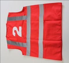 Punane helkurvest numbriga Pakkumist küsi: http://www.kingiagentuur.ee/et/ohutustooted/3338/Helkurvestid-STJO00004.html