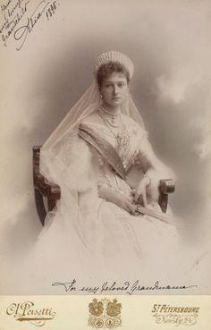 Empress-of-Russia-Alexandra-Feodorovna-bw
