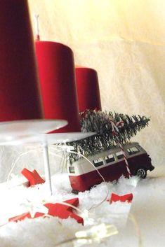 Weihnachts-Bulli - ein #Adventskranz  mit VW Bus. #diy #bulli #weihnachten #christmas #advent #winterwonderland Advent, Diy Weihnachten, Vw Bus, Gift Wrapping, Candles, German, Gifts, Inspiration, Diy Gifts