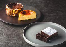 白金Stellatoではホールサイズのバスクチーズケーキとガトーショコラをテイクアウト可能なケーキとしてご用意しております。ガトーショコラは、世界のトップパティシエ達に愛されるフランスのヴァローナ社の最高級ショコラを使用しています。 Take Out, Cornbread, Cake, Ethnic Recipes, Food, Millet Bread, Kuchen, Essen, Meals