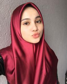 Image may contain: 1 person, selfie and closeup Arab Girls Hijab, Muslim Girls, Muslim Fashion, Hijab Fashion, Fashion Outfits, Beautiful Muslim Women, Beautiful Hijab, Hijabi Girl, Girl Hijab