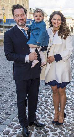 Även prinsessan Leonore var på plats på dopet tillsammans med sina föräldrar. Hela familjen hade matchat i blått denna dag. Prinsessan Madeleine i mörkblå spetsklänning, vit kappa och blå mockapumps.