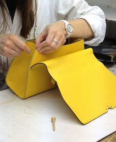 Making a petite Réjane at the Moynat atelier. Leather Bag Tutorial, Leather Bag Pattern, Sewing Leather, Leather Craft, Leather Gifts, Leather Bags Handmade, Handmade Bags, Leather Purses, Leather Handbags