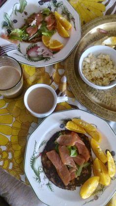 desayuno de salmón, con huevos revueltos,aguacate y tortitas caseras de avena con aguacate y naranjas ecológicas.Acompañado de café Americano de comercio j stock Bio y leche de avena. Healty brunch,perfect forma a  relaxsunday.