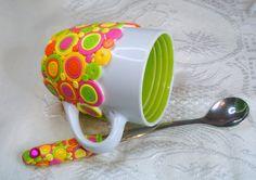 Décoré à la main ensemble composé de tasse et cuillère long. Heureux de vives couleurs fluorescentes, brillant design rétro pour ce mug et cuillère long ensemble! Une tasse de jolie forme blanche avec une substitution verte à l'intérieur et une longue cuillère décorée avec le même design