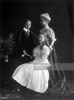 Auguste Viktoria *22.10.1858-+Empress of GermanyQueen of Prussiawith her childrens Price Joachim and Princess Viktoria Louise.- about 1900