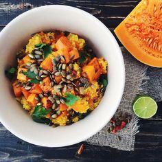 Тыква — главный овощ осени. Сок, салат, суп или гарнир — с тыквой можно бесконечно экспериментировать, добавляя яркости и пользы каждому блюду. В этом согревающем и питательном гарнире сладость тыквы