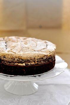 Çaya gelecek misafirlerim için acelece bir şeyler hazırlamam gerekince yaptım bu keki. Neredeyse malzemeleri ölçmeden göz kararı koyacaktım ki iyi ki öyle yapmamışım. Kekin yumuşaklığına bir de şeftalilerin aroması, lezzeti eklenince öyle lezzetli olmuştu ki doğrusu bir