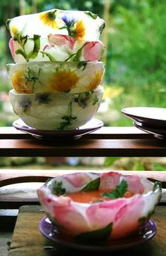 DIY Beautiful floral ice bowls for chilled soups. Directions for bowls and a recipe for Gazpacho Soup Stage Patisserie, Food Design, Fruit Soup, Fruit Salad, Ice Bowl, Chilled Soup, Flower Food, Edible Flowers, Snacks