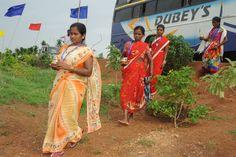 13-14 जुलाई 2016। अपने-अपने गांव से लाए पौधे एवं पानी नया रायपुर में अर्पण करने आए कोंडागांव के पंचायत जनप्रतिनिधि। पौधा लगाकर वे अपने गांव की मिट्टी को शहर की मिट्टी के साथ मिलता हुआ देखते हैं। यह महज एक वृक्षारोपण की प्रक्रिया नहीं, बल्कि अपनी भावनाओं को शहर के साथ जोड़कर अपना बनाना हैै।
