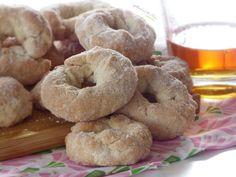 🥃CIAMBELLINE ALL'AMARETTO🥃, dei dolcetti semplici preparati con pochi ingredienti. Una sorta di biscotti, ma senza uova e senza burro, croccanti fuori e più friabili all'interno. Sono realizzate a forma di ciambelline ricoperte di zucchero semolato prima della cottura in forno. Sentirete che profumino! Perfette per l'inzuppo e si conservano a lungo, in una scatola di latta o in un sacchetto per alimenti😋.