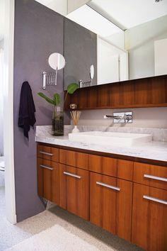 Baño moderno con revestimiento de madera y pared gris en una casa en un country.