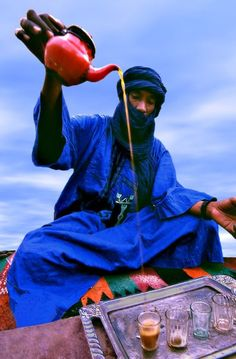 Tuareg man pouring out tea in Mali. I want to have tea with him and talk about life. Desert Dunes, Desert Sahara, We Are The World, People Around The World, Around The Worlds, Cultures Du Monde, World Cultures, West Africa, North Africa