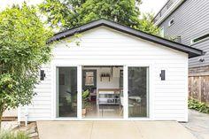 Modern Pool House, Modern Pools, Pool House Shed, Transformer Un Garage, Transformers, Backyard Guest Houses, Tiny Guest House, Garage Guest House, Backyard Cottage