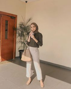 Modern Hijab Fashion, Street Hijab Fashion, Hijab Fashion Inspiration, Muslim Fashion, Uni Outfits, College Outfits, Simple Outfits, Casual Outfits, Fashion Outfits