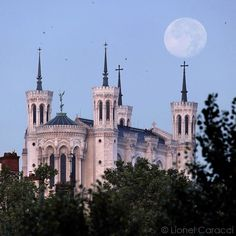 La lune et la basilique de Fourvière, une rencontre poétique dans le ciel lyonnais.