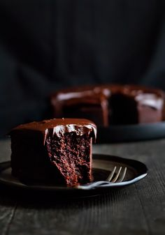 Chocolate Baileys Mud Cake Recipe ~ topped with an ultra smooth and silky ganache. it will happily satisfy all sorts of hardcore chocolate cravings. Best Cake for birthday Chocolate Baileys, Chocolate Desserts, Choco Chocolate, Baileys Cake, Chocolate Lovers, Sweet Recipes, Cake Recipes, Dessert Recipes, Cupcake Cakes