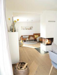 Helles Wohnzimmer mit Kamin.