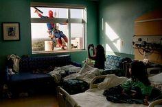 Los superheroes existen: Limpiadores de ventanas se visten como Superheroes para animar a los niños en un hospital.