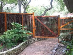 Privacy fence idea Gabion Fence, Timber Fencing, Concrete Fence, Bamboo Fence, Metal Fence, Fence Stain, Wooden Fences, Bamboo Garden, Aluminum Fence