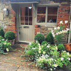 03 Stunning Small Cottage Garden Ideas for Backyard Inspiration - DoitDecor Small Cottage Garden Ideas, Garden Cottage, Home And Garden, Cottage Front Doors, Cottage Door, Front Gardens, Outdoor Gardens, Patio Interior, Small Patio