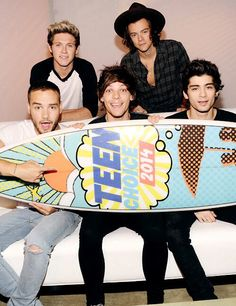 Niall Horan, Harry Styles, (Front L-R) Liam Payne, Louis Tomlinson and Zayn Malik of One Direction accept award for FOX's 2014 Teen Choice Awards. One Direction Pictures, I Love One Direction, Boys Who, My Boys, Teen Choice Awards 2014, Irish Boys, 1d And 5sos, Liam Payne, Louis Tomlinson