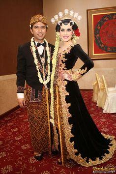Arumi Bachsin dan Emil Dardak - JAVANESE WEDDING - INDONESIA Javanese Wedding, Indonesian Wedding, Traditional Wedding, Traditional Outfits, Kebaya Jawa, Wedding Poses, Wedding Dresses, Wedding Photoshoot, Wedding Ideas