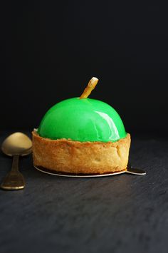 Consists of Apple Vanilla Bavarian Cream Apple Vanilla Compote and Buttery Pate Sucree. Zumbo's Just Desserts, Layered Desserts, Apple Desserts, Mini Desserts, Pastry Recipes, Tart Recipes, Sweets Recipes, Apple Tart Recipe, Mini Tart