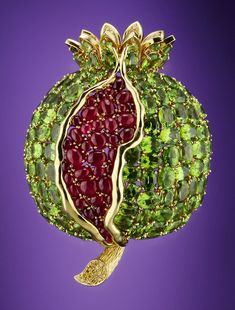 Brooches Jewels : Verdura Pomegranate brooch Peridot ruby and yellow diamonds in gold 1945 Gems Jewelry, High Jewelry, Bling Jewelry, Jar Jewelry, Jewlery, Antique Jewelry, Vintage Jewelry, Schmuck Design, Vintage Brooches