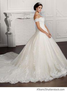 Braut im weißen Kleid aus Spitze mit langer Schleppe für russische Hochzeiten