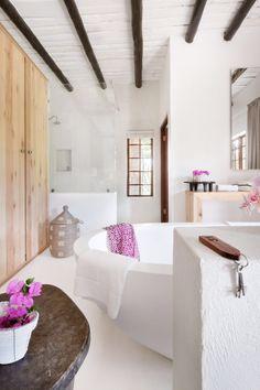 Acanthus Free Standing Bathtub in Farm Inn #bathroom #inspiration