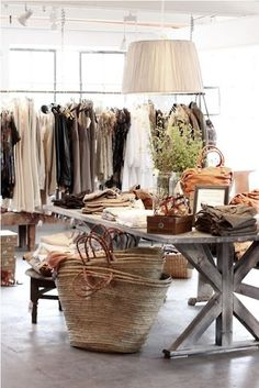 45 Best Ideas Boutique Displays and Visual Merchandising - GoWritter Boutique Interior, Boutique Decor, Boutique Design, Boutique Displays, Boutique Ideas, Retail Boutique, Fashion Boutique, Store Layout, Retail Interior