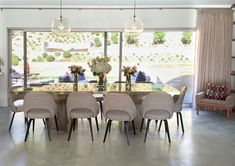 See more of Carden Cunietti's Los Angeles Mid-Century House on Modern Room Design, Dining Room Design, Mid Century Modern Living Room, Mid Century House, Hawaii Homes, Dining Room Inspiration, Table And Chairs, Dining Tables, Dining Rooms