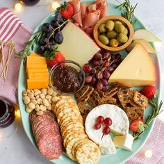 Five Approaches To Economize Transforming Your Kitchen Area Make Entertaining Easy By Serving A Cheese Platter Full Of Cheese, Crackers, Olives, Fruit, Nuts And Herbs. Woodbridgewines Via Cheese And Cracker Platter, Cheese Platters, Food Platters, Clean Recipes, Whole Food Recipes, Fresco, Healthy Snacks, Healthy Recipes, Easy Recipes