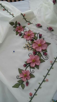 This Pin was discovered by Bah Embroidery Hearts, Rose Embroidery, Silk Ribbon Embroidery, Hand Embroidery Designs, Embroidery Patterns, Lace Making, Flower Making, Crochet Flowers, Fabric Flowers