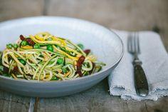 Zucchini Spaghetti mit Erbsen